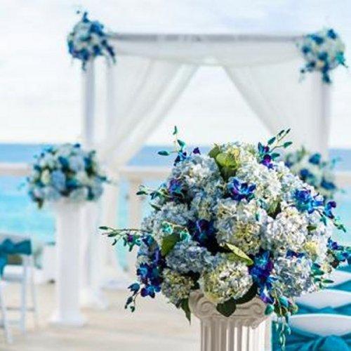 Elegant White Wedding Theme: Blue And Dreamy Beach Wedding Theme